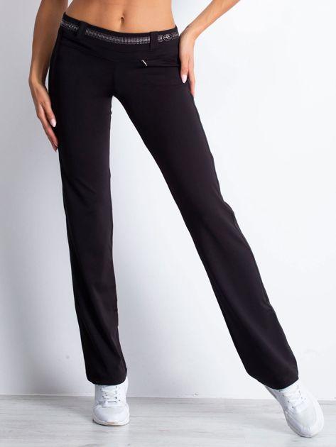 Czarne spodnie dresowe z aplikacją z dżetów                                  zdj.                                  1