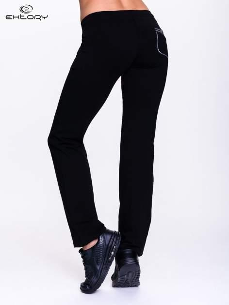 Czarne spodnie dresowe z białą wstawką                                  zdj.                                  3