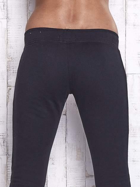 Czarne spodnie dresowe z cekinami                                  zdj.                                  6