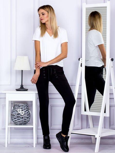 Czarne spodnie dresowe z dwoma rzędami guzików                              zdj.                              4