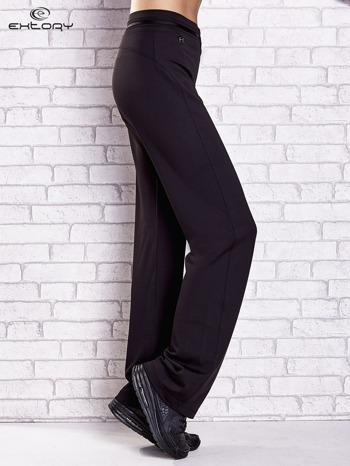 Czarne spodnie dresowe z guziczkami PLUS SIZE                                  zdj.                                  3