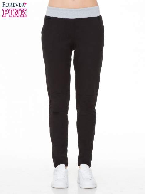 Czarne spodnie dresowe z guziczkami na nogawkach                                  zdj.                                  1