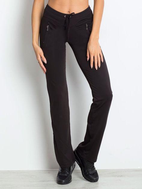Czarne spodnie dresowe z kieszeniami                              zdj.                              1