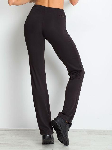 Czarne spodnie dresowe z kieszeniami                                  zdj.                                  2
