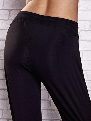 Czarne spodnie dresowe z kieszonką i haftem PLUS SIZE                                  zdj.                                  6
