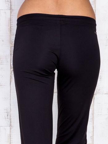 Czarne spodnie dresowe z kieszonką na suwak                                  zdj.                                  5