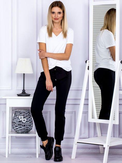 Czarne spodnie dresowe z kieszonką z przodu                                  zdj.                                  4
