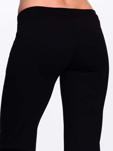 Czarne spodnie dresowe z kwiatem z dżetami                                  zdj.                                  7