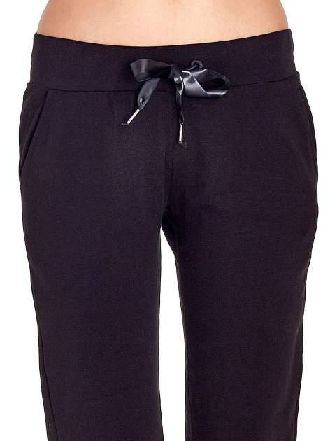 Czarne spodnie dresowe z nogawką ze ściągaczem                                  zdj.                                  4