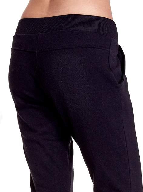 Czarne spodnie dresowe z prostą nogawką                                  zdj.                                  7