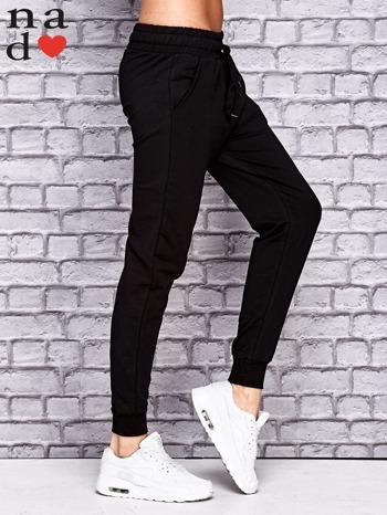 Czarne spodnie dresowe z troczkami                                  zdj.                                  3