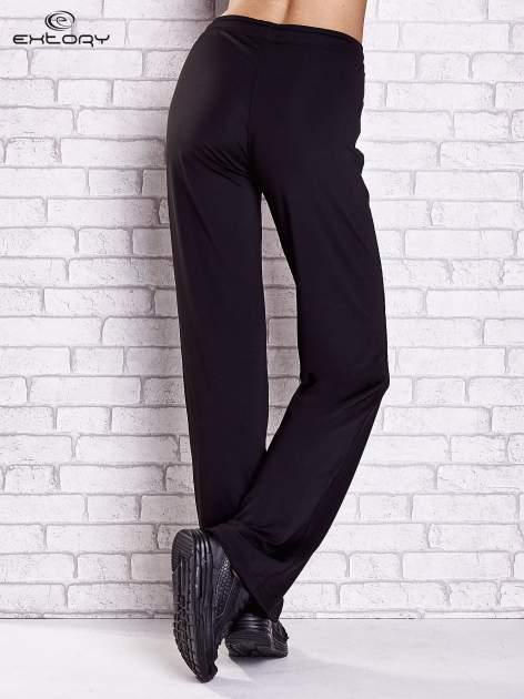 Czarne spodnie dresowe z wszytą kieszonką i troczkami                                  zdj.                                  2