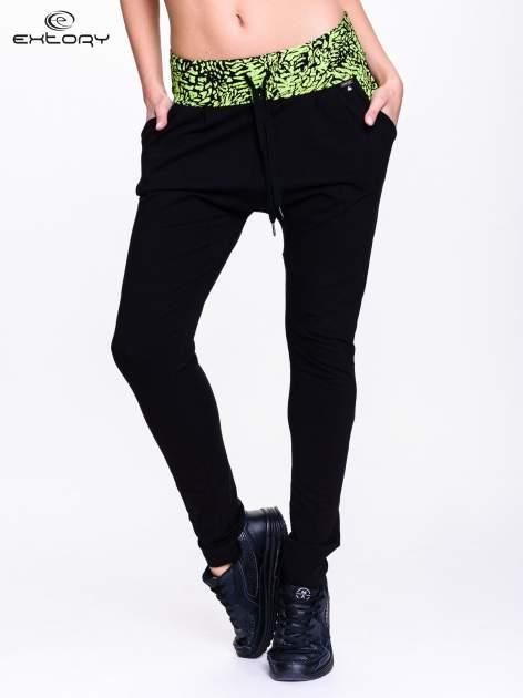 Czarne spodnie dresowe z zielonym pasem w panterkę                                  zdj.                                  1