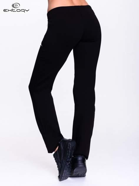 Czarne spodnie dresowe ze skórzaną lamówką                                  zdj.                                  4