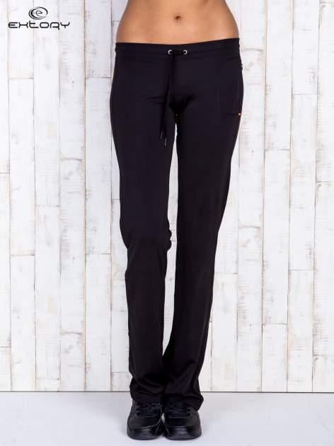 Czarne spodnie dresowe ze sznureczkiem i wszytą kieszenią                                  zdj.                                  1