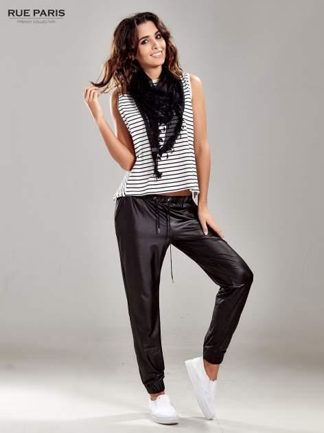 Czarne spodnie dresowe ze zwężanymi nogawkami z efektem połysku                                  zdj.                                  8