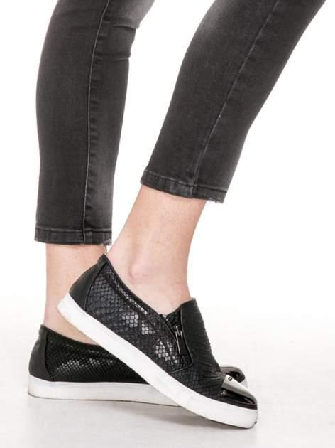 Czarne spodnie jeansowe 7/8 z rozjaśnianą nogawką                                  zdj.                                  7