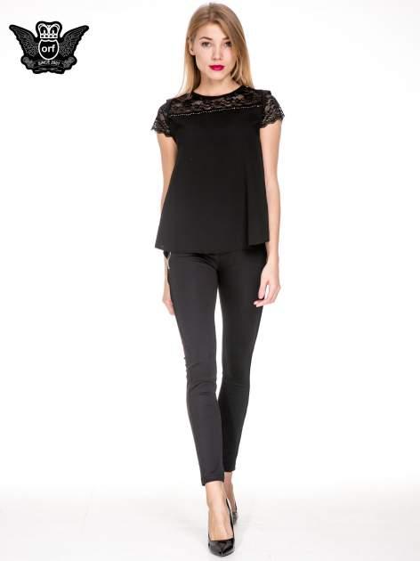 Czarne spodnie materiałowe tregginsy ze skórzanym lampasem i zamkami                                  zdj.                                  2