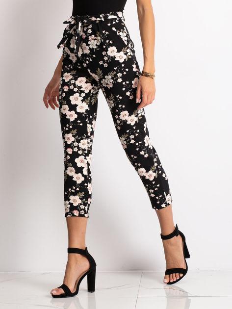 Czarne spodnie materiałowe w kwiaty                              zdj.                              1