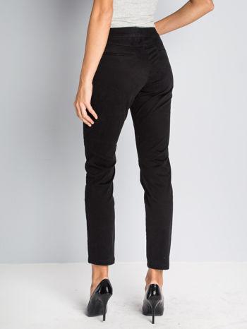 Czarne spodnie materiałowe z przeszyciami na kolanach                                  zdj.                                  3