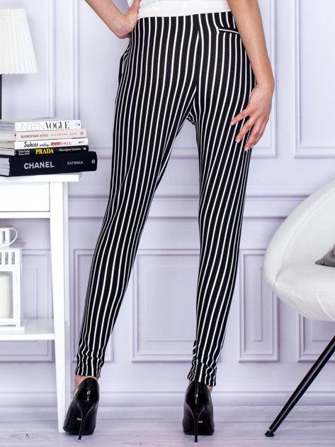 Czarne spodnie o wypukłej fakturze w paski                              zdj.                              2