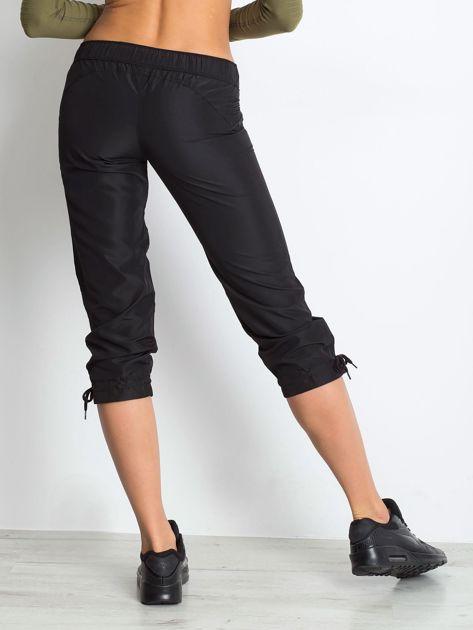 Czarne spodnie sportowe capri z wiązaniem                              zdj.                              2