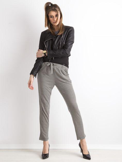 Czarne spodnie w geometryczne wzory                              zdj.                              4