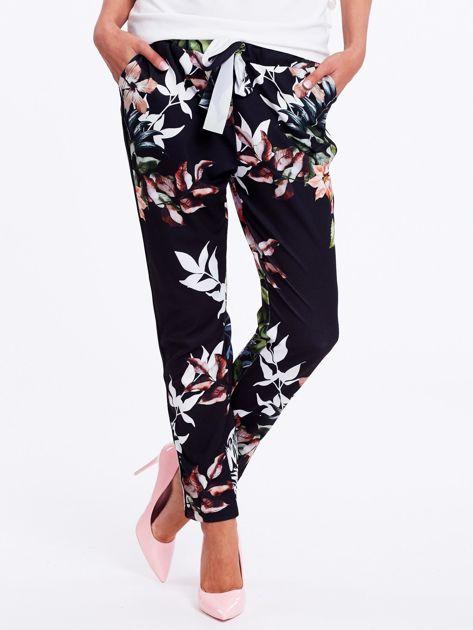 Czarne spodnie w kwiaty z lampasami                              zdj.                              2