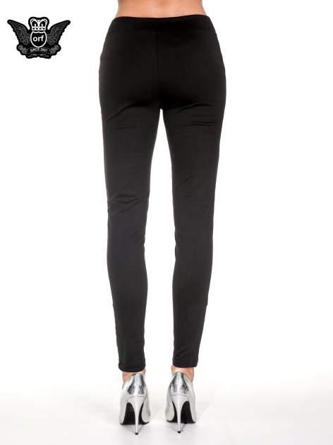 Czarne spodnie w stylu motocyklowym ze skórzanymi wstawkami i suwakami                                  zdj.                                  5