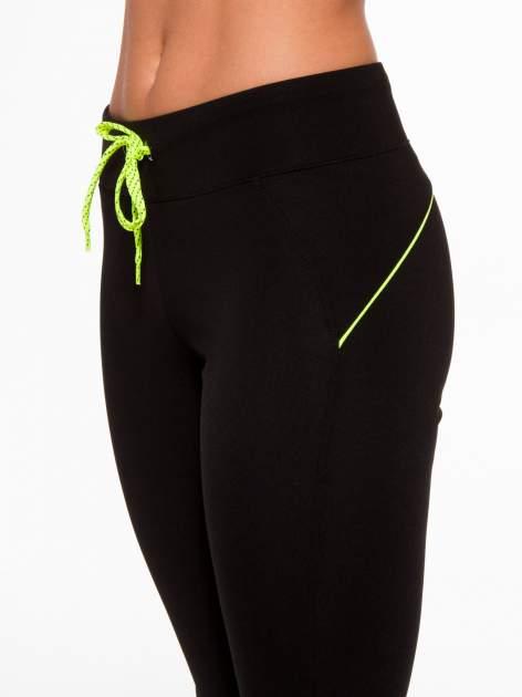 Czarne termoaktywne spodnie do biegania o prostej nogawce z fluozieloną wstawką ♦ Performance RUN                                  zdj.                                  6