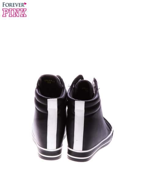 Czarne trampki na koturnie z kontrastowym pasem z tyłu                                  zdj.                                  3