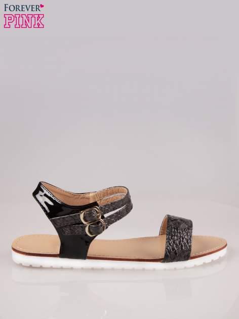 Czarne wężowe płaskie sandały z podwójną klamrą                                  zdj.                                  1