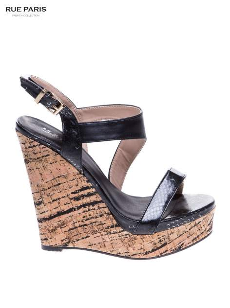 Czarne wężowe sandały z paskami na korkowym koturnie