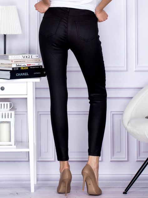 Czarne woskowane spodnie o kroju slim                              zdj.                              2