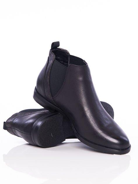 Czarne wsuwane botki na płaskim obcasie z gumkami po bokach i ozdobną mieniącą wstawką                              zdj.                              4