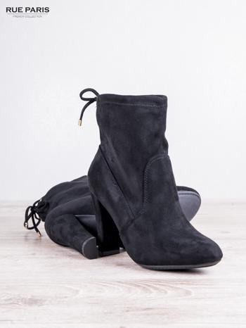 Czarne zamszowe botki faux suede Molly na słupku z wiązaniem                                  zdj.                                  4