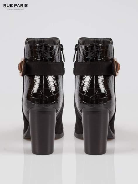 Czarne zamszowe botki na słupku z lakierowanym tyłem i klamerką                                  zdj.                                  3