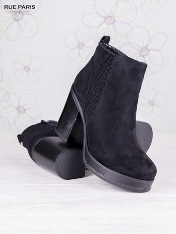 Czarne zamszowe botki na wysokim słupku i ozdobą na tyle buta                                  zdj.                                  3