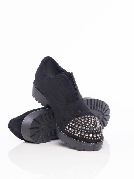 Czarne zamszowe półbuty z ozdobną wstawką z przodu buta wysadzaną błyszczącymi dżetami                              zdj.                              4