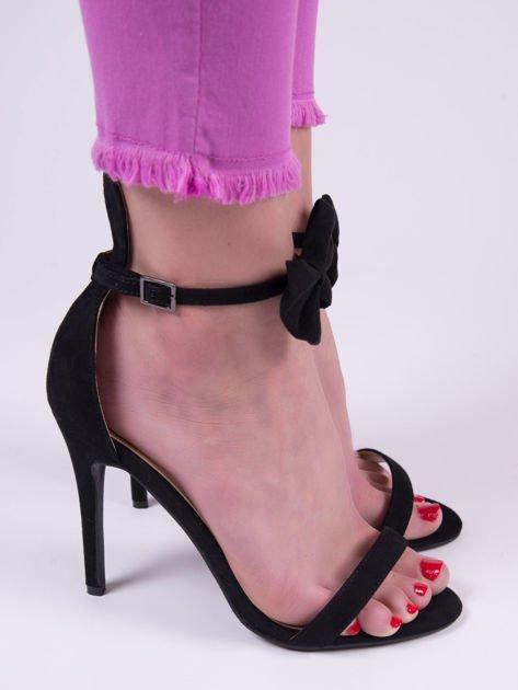 Czarne zamszowe sandały na szpilkach z kokardką i uszami nad piętą