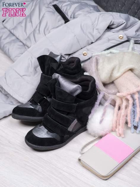 Czarne zamszowe sneakersy na rzepy  Axis z wstawkami                                  zdj.                                  1