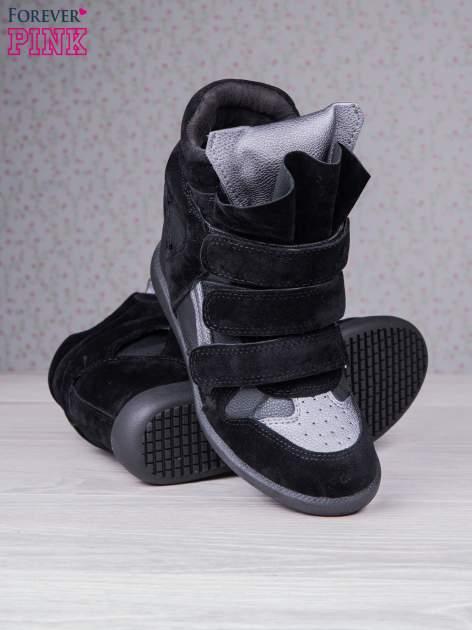 Czarne zamszowe sneakersy na rzepy  Axis z wstawkami                                  zdj.                                  4