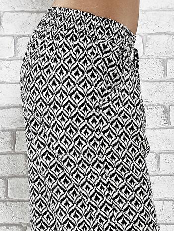 Czarne zwiewne spodnie alladynki we wzór geometryczny                                  zdj.                                  6