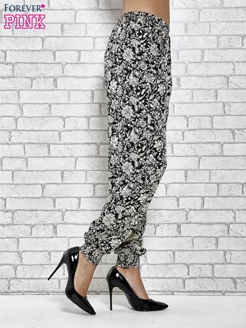 Czarne zwiewne spodnie alladynki we wzór kwiatków                                  zdj.                                  3