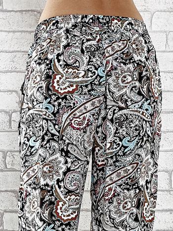Czarne zwiewne spodnie alladynki we wzór kwiatowy                                  zdj.                                  7