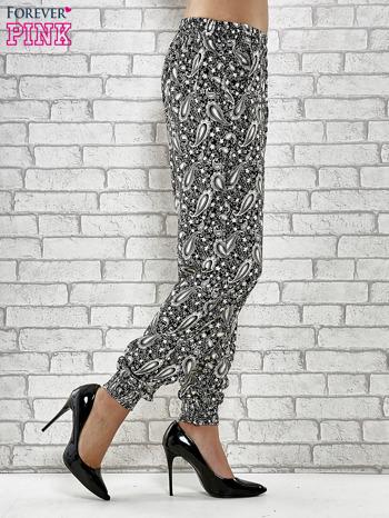 Czarne zwiewne spodnie alladynki we wzór paisley                                  zdj.                                  3