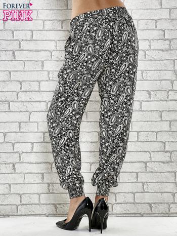 Czarne zwiewne spodnie alladynki we wzór paisley                                  zdj.                                  2