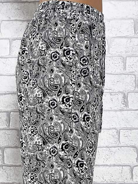 Czarne zwiewne spodnie alladynki we wzór roślinny                                  zdj.                                  6