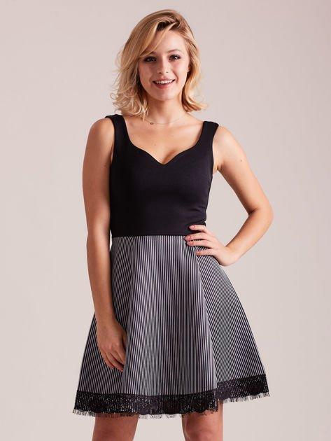 Czarno-biała sukienka z dołem w paski                              zdj.                              1