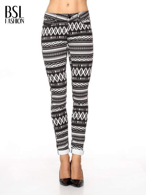 Czarno-białe spodnie rurki w azteckie wzory
